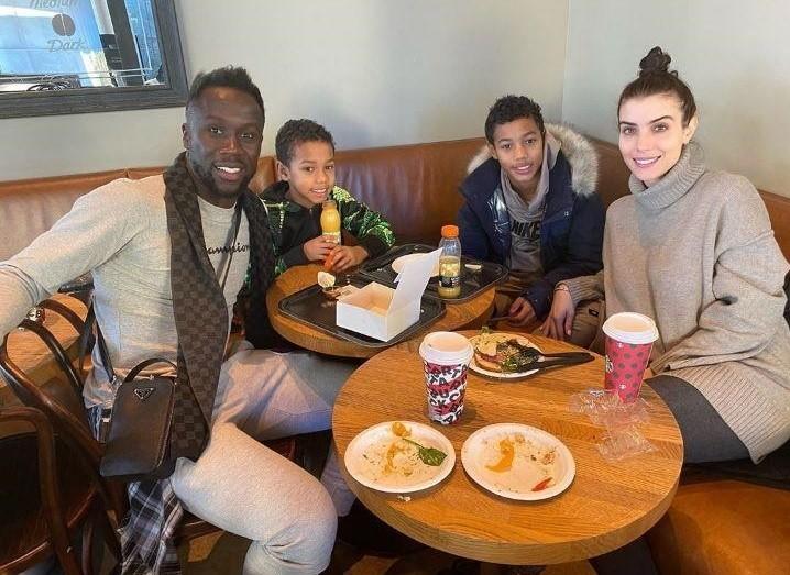 Бакари Санья с женой и сыновьями 2020